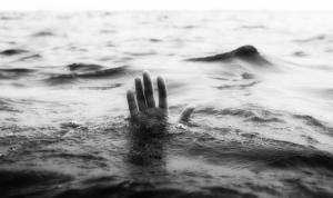 a mano en el mar