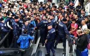 SALZBURGO (AUSTRIA) 5/09/2015. Policías forman un cordón frente a los cientos de refugiados que esperan la llegada de más trenes con dirección a Alemania en la estación de Salzburgo. EFE/Barbara Gindl