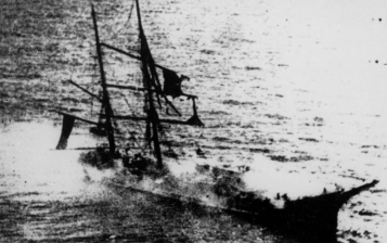 La fragata Lautaro se incendia en el Pacifico.
