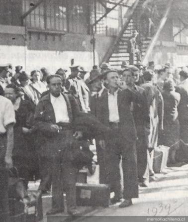 Pasajeros del Winnipeg descendiendo en Valparaíso