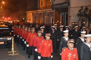 Bomberos y Marinos marchando juntos por Iquique en un aniversario del 21 de mayo.