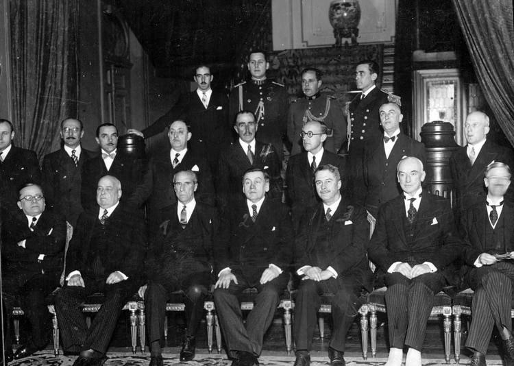 Juan Domingo Perón junto al Presidente de Chile Arturo Alessandri Palma y su gabinete